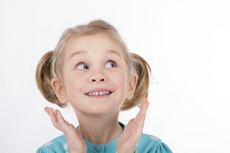 Den roliga flickan lurar att le händer till hennes framsida royaltyfria bilder