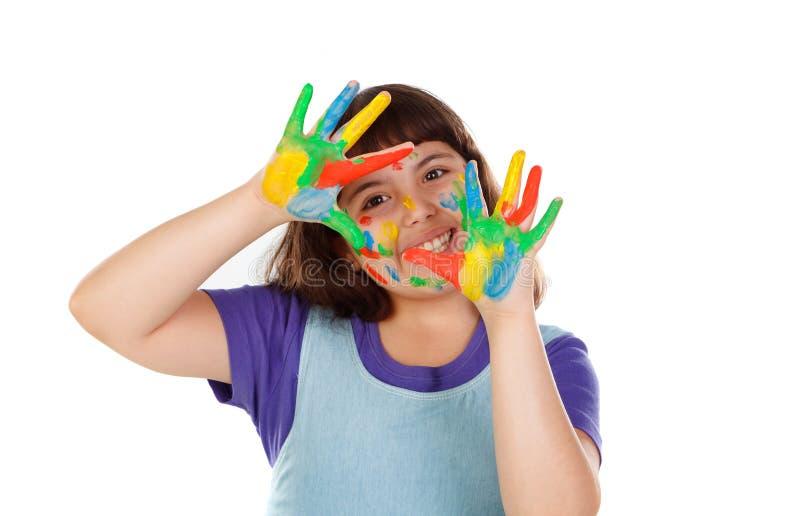 Den roliga flickan med hennes händer smutsar ner av målarfärg royaltyfri fotografi