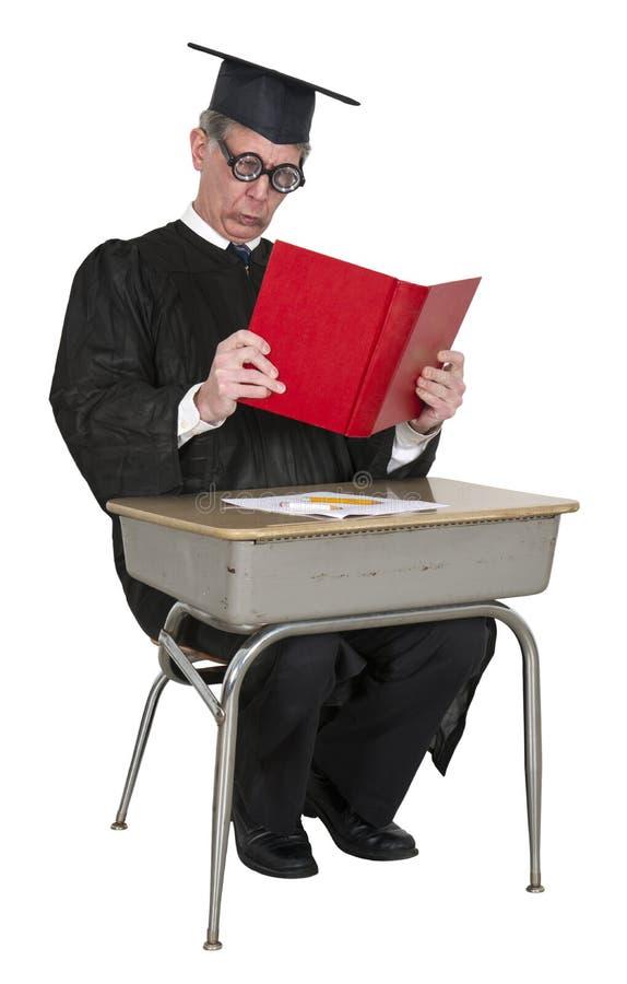 Den roliga lärare, högskolaprofessor läste, skolar skrivbordet royaltyfria foton