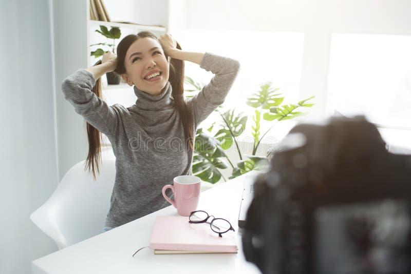 Den roliga och lyckliga bloggeren gör en ny video Hon har delat hennes hår in i två hästsvansar och att skratta ut högt Hon är arkivfoton