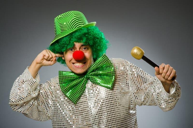 Den roliga personen i St Patrick feriebegrepp arkivbild