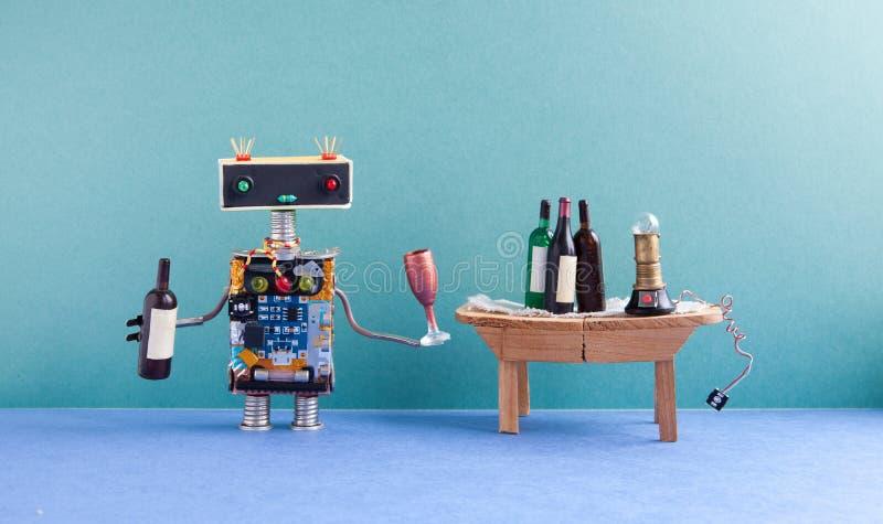 Den roliga roboten får berusad Begrepp för händelse för vinpartiberöm Idérik designcyborg med den vinexponeringsglas och flaskan  arkivfoto
