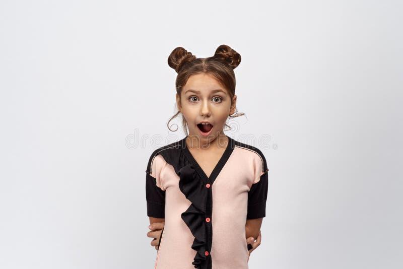 Den roliga unga flickan öppnar sned boll hennes mun Barnet är chockad och lycklig positiv nyheterna royaltyfria foton