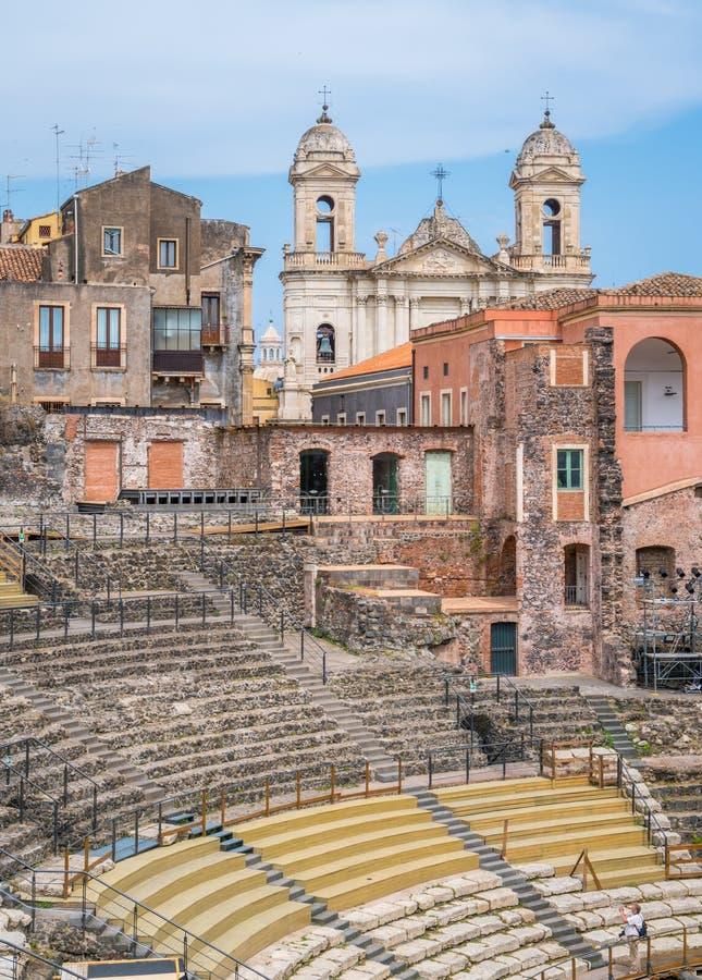 Den roman teatern i Catania, med kyrkan av St Francis av Assisi på bakgrunden sicily arkivfoto