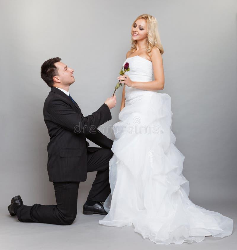 Den romantiska den gift parbruden och brudgummen med steg arkivfoton