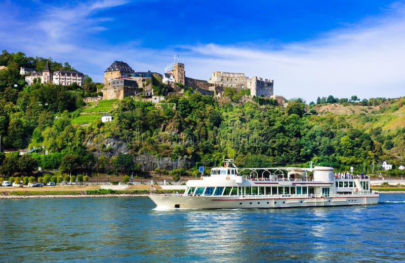 Den romantiska floden kryssar omkring över Rhein med berömda medeltida slottar royaltyfri fotografi