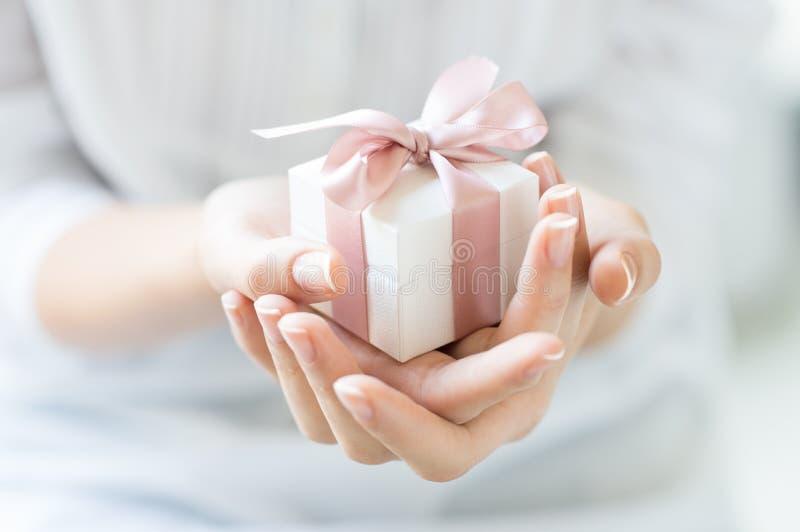 Den romantiska gåvan boxas royaltyfria foton