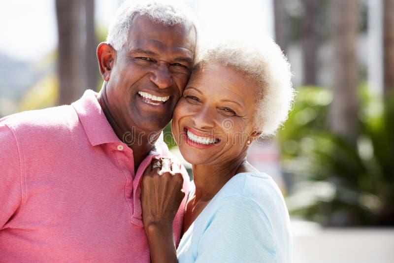 Den romantiska pensionären kopplar ihop att krama i gata arkivbild