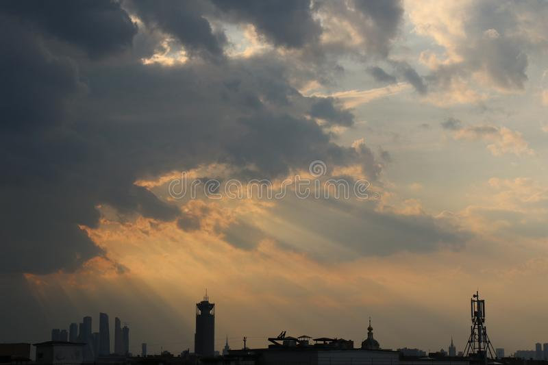 Den romantiska solnedgången och inställningssolen på blått och guling fördunklar royaltyfria bilder