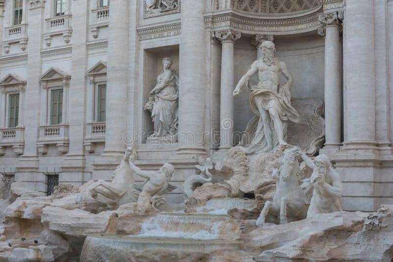 Den Rome Trevi-springbrunnen är en av de huvudsakliga dragningarna av Rome och Italien royaltyfri foto