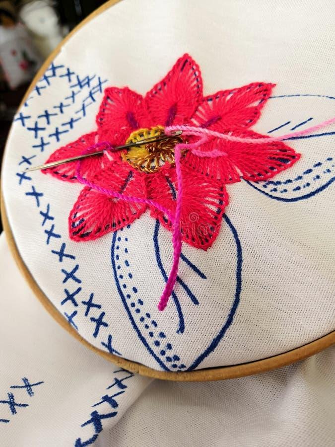 Den rosa rosa blomman i Needlework pågår fotografering för bildbyråer