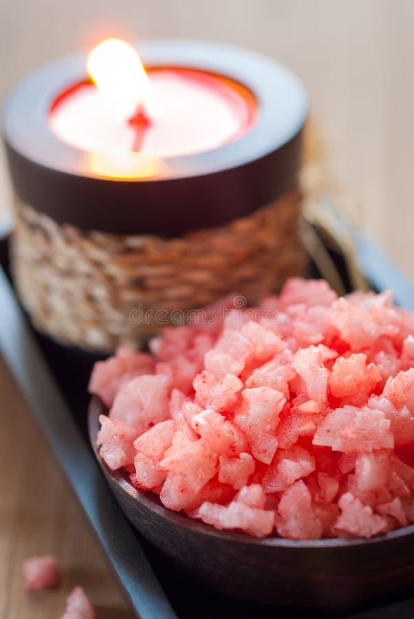 Den rosa brunnsorten saltar och den aromatiska stearinljuset och torkade blommor royaltyfria foton