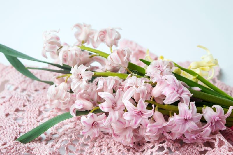 Den rosa hyacinten blommar buketten på den virkade tabellräkningen arkivbilder