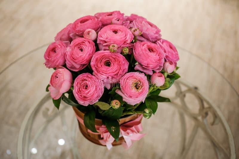 Den rosa persiska smörblomman blommar ranunculusbuketten royaltyfri bild