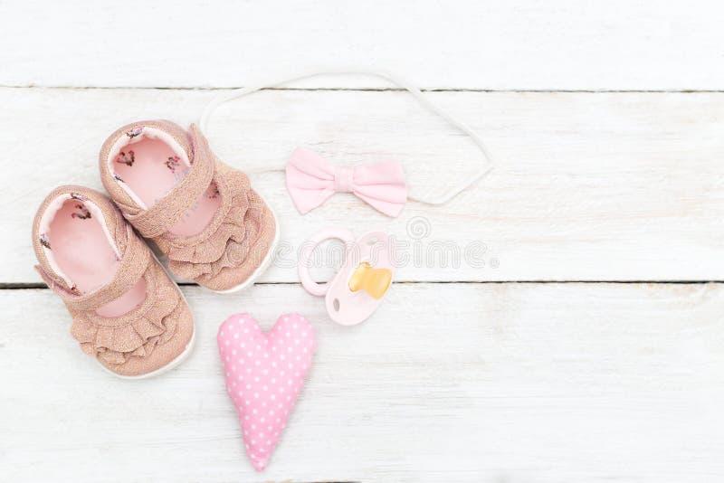 Den rosa tillbehören och skor för behandla som ett barn flickan kopiera avstånd fotografering för bildbyråer