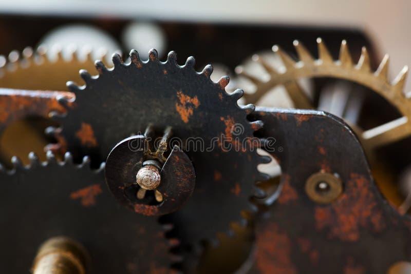 Den rostiga kuggen för metallklockamekanismen utrustar anslutningsbegrepp Svart järn rullar det industriella stillebenfotoet Moge arkivfoto