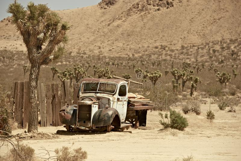 Den rostiga uppsamlingen åker lastbil arkivfoton