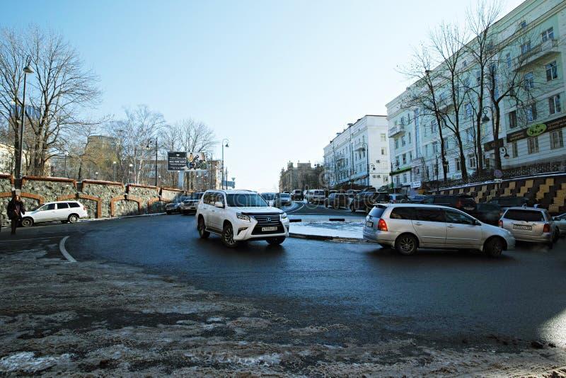 Den roterande rondellen nära Sukhanov parkerar, Vladivostok, RYSSLAND arkivfoton