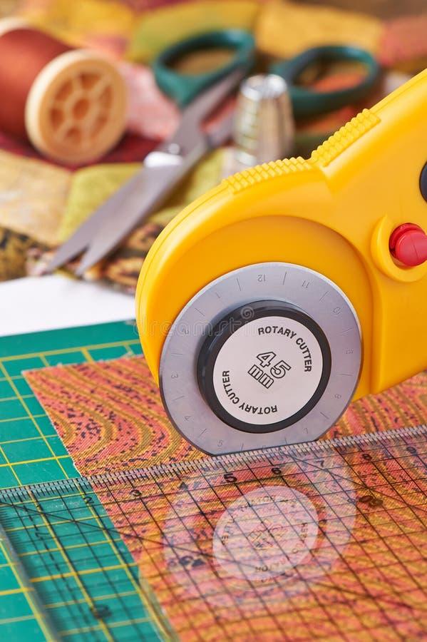 Den roterande skäraren klipper tyg arkivfoto