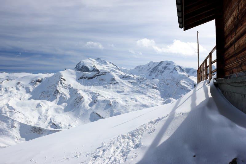 Den Rothorn toppmötestationen erbjuder härliga sikter av de högsta bergen i Valais och Schweiz royaltyfri bild