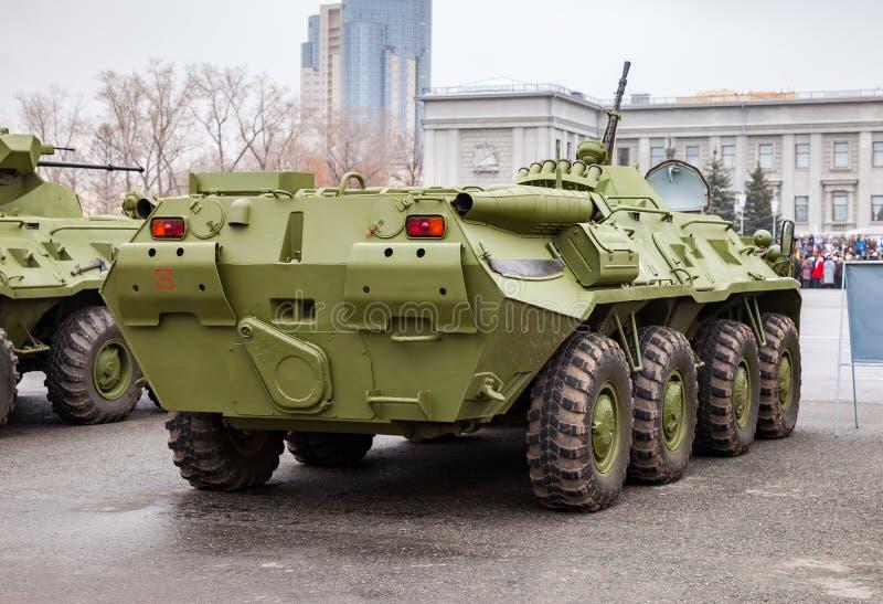Den rullade ryska armén BTR-80 armerade medelpersonalbäraren arkivbilder