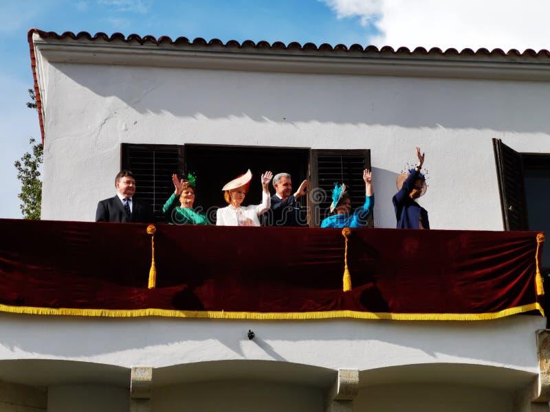 Den rumänska kungafamiljen på balkongen av monarkidagen arkivfoton