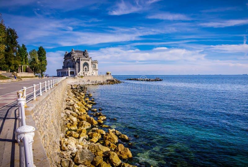 Den rumänska sjösidan och dess byggnader fotografering för bildbyråer