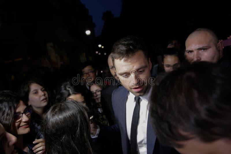 Den rumänska uthärdade skådespelaren Sebastian Stan möter hans fans royaltyfri foto