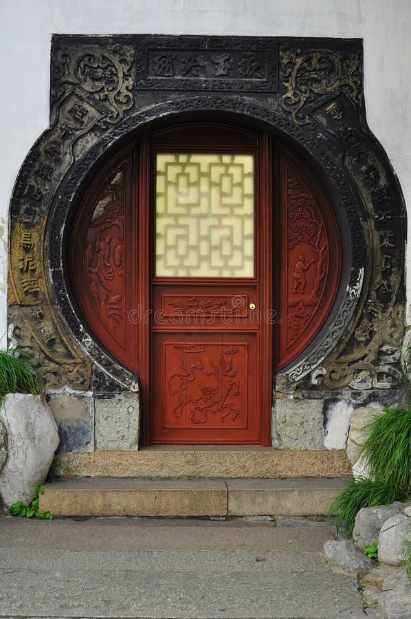 Den runda dörröppningen i den gamla templet för stadsgud` s och Yuyuan arbeta i trädgården, Shanghai arkivfoton