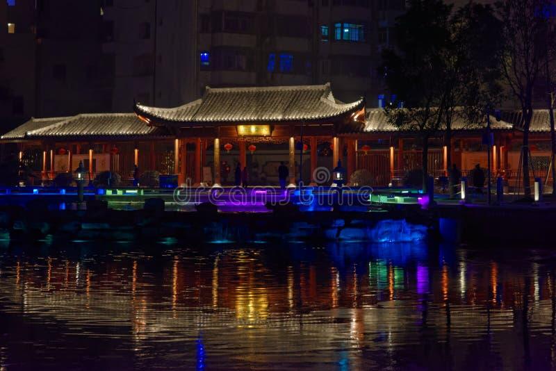 Den Ruzi paviljongen parkerar natt royaltyfri bild