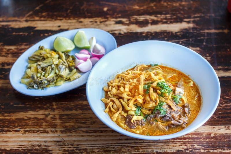 Den ryktade Khao för nudelsoppa soien med fegt kött och den kryddiga kokosnöten mjölkar arkivbilder