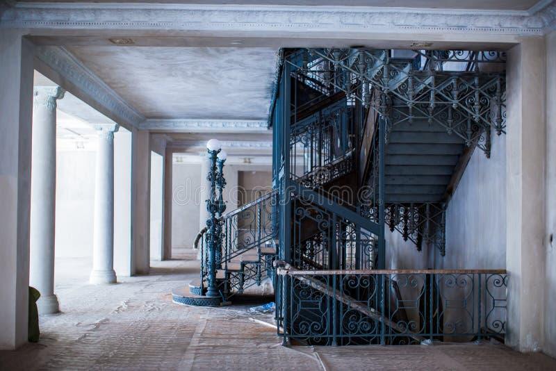 Den rymliga inre av den gamla herrgården under återställandearbetet arkivfoton