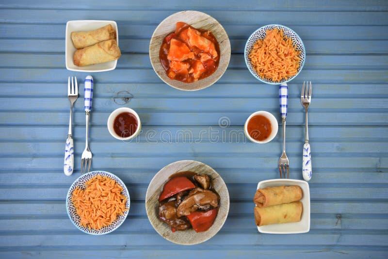 Den rymliga lägenheten för matställetabellen lägger med läckra lagade mat ris och kötträtter med gafflar royaltyfria bilder