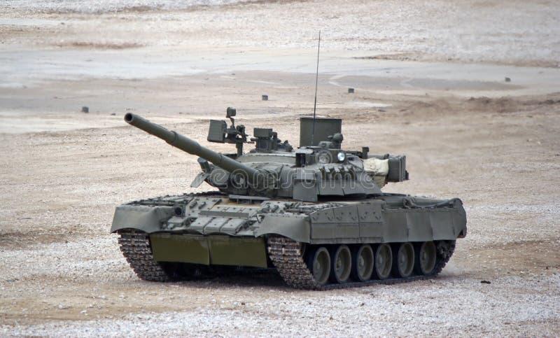 Den ryska behållaren för den huvudsakliga striden T-80 på jordningen i strid betingar royaltyfri bild
