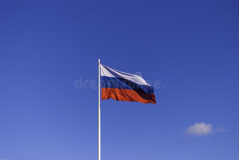 Den ryska flaggan på flaggstången som fladdrar i vinden på bakgrund för blå himmel russia tula royaltyfri fotografi