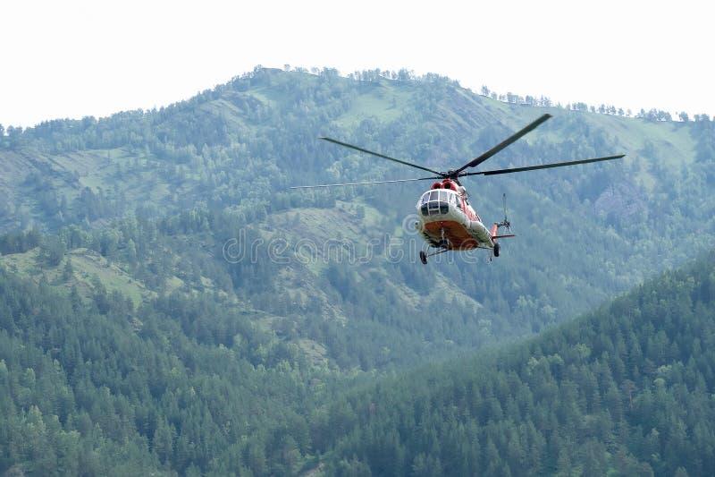 Den ryska helikoptern MI-8 flyger arkivbild