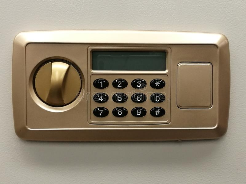 Den säkra dörren för låskoden på banken för säkerhetsasken, den säkra närbilden, skydd, säkerhetslåset, bankrörelsen och finans,  arkivfoton