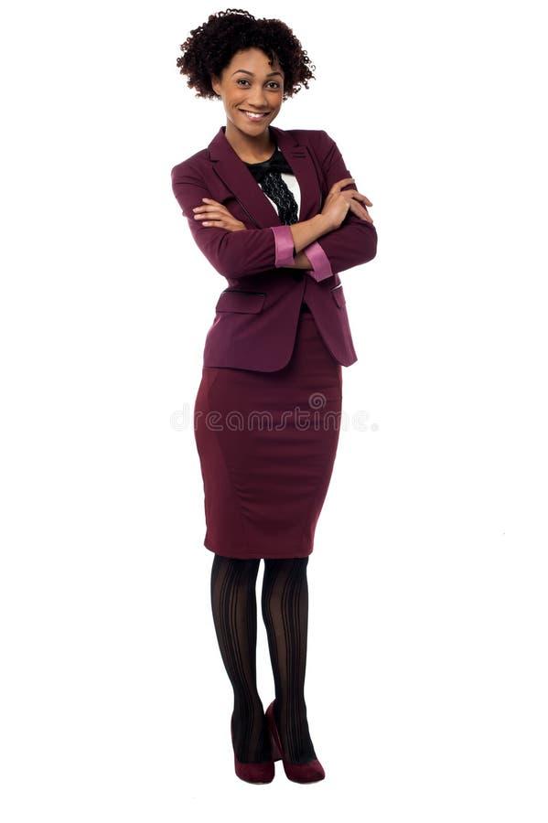 Den säkra företags kvinnan med vikt beväpnar royaltyfri bild