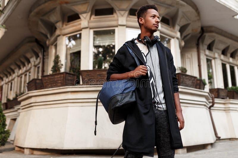 Den s?kra unga mannen av det m?ng- loppet som ser en sida, poserar med inst?llning i gatan, shearch destinationen kopiera avst?nd arkivbilder
