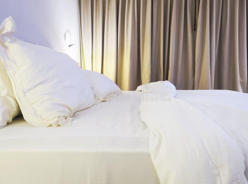 Den sängarket och kudden rörde upp till i sovrum royaltyfria bilder