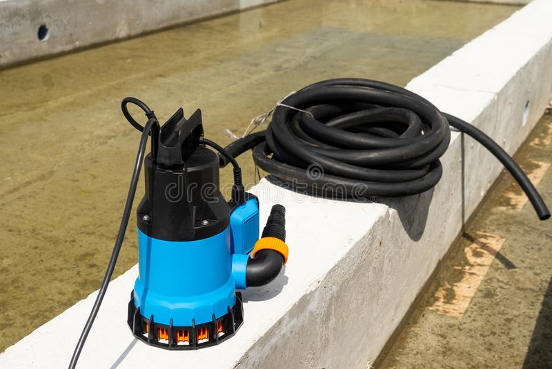 Den sänkbara pumpen dewater konstruktionsplatsen som pumpar brunnen för allsången för flodvatten den djupa arkivfoto