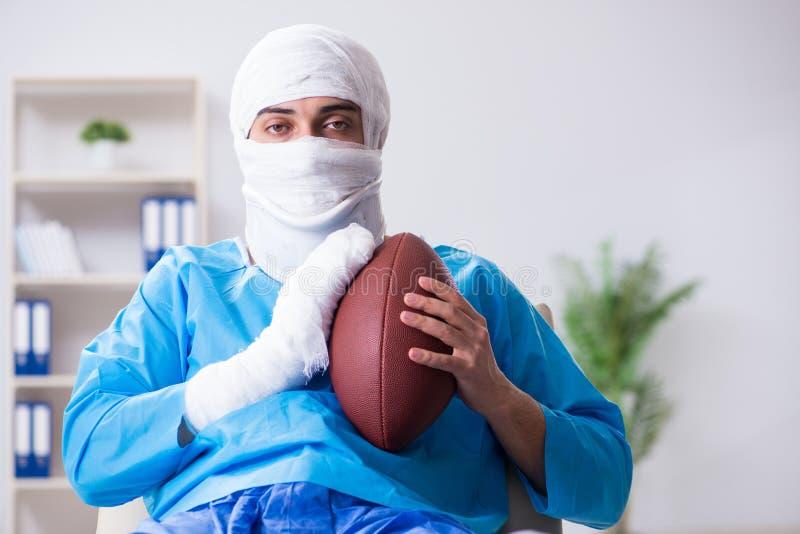 Den sårade amerikanska fotbollsspelaren som återställer i sjukhus royaltyfri bild