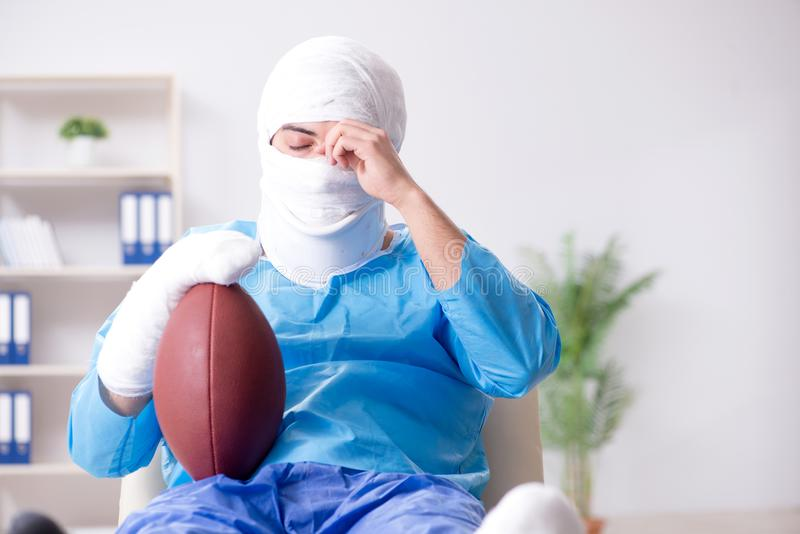 Den sårade amerikanska fotbollsspelaren som återställer i sjukhus arkivfoton