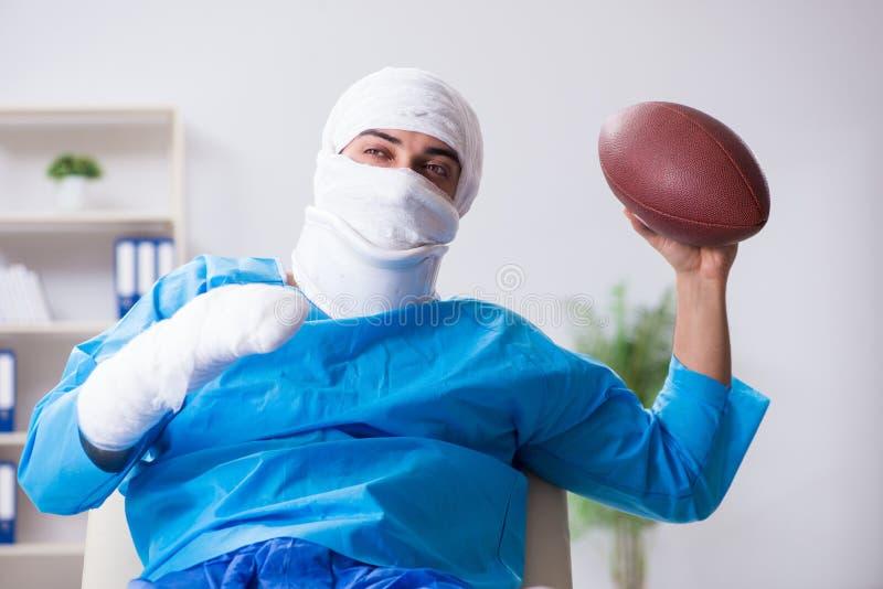 Den sårade amerikanska fotbollsspelaren som återställer i sjukhus arkivbild