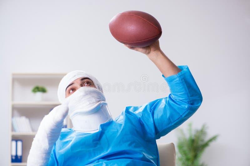 Den sårade amerikanska fotbollsspelaren som återställer i sjukhus arkivfoto