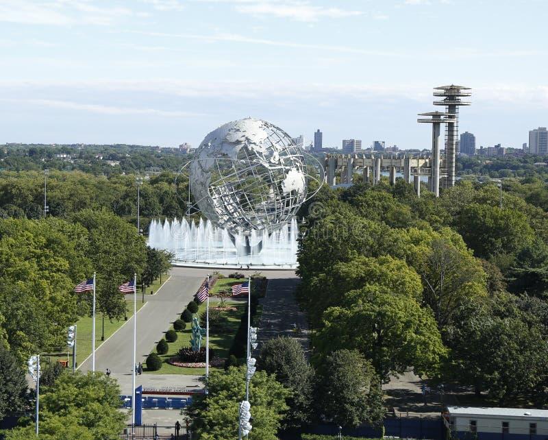 Den södra porten på den USTA-New York världen Billie Jean King National Tennis Center och 1964 s ganska Unisphere i Flushing Meado arkivfoton