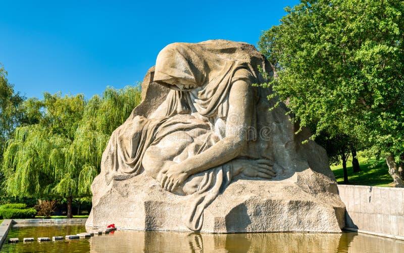 Den sörja modern, en skulptur på Mamayeven Kurgan i Volgograd, Ryssland royaltyfri foto