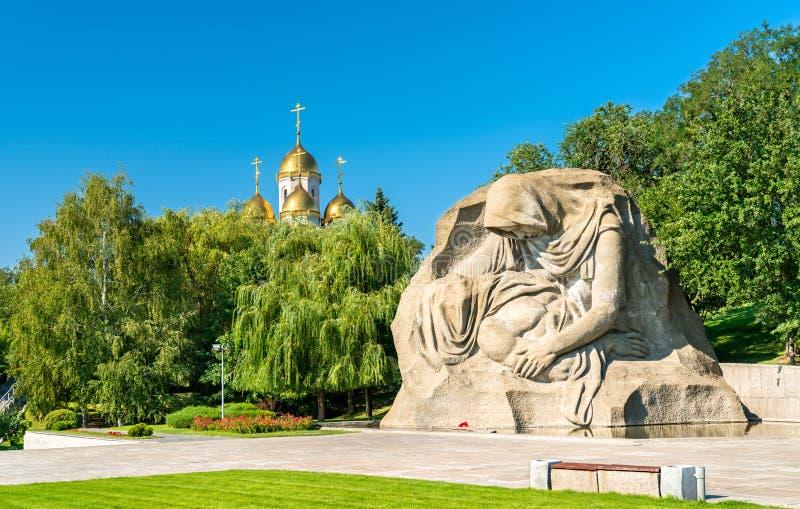 Den sörja moderskulpturen och en kyrka på Mamayeven Kurgan i Volgograd, Ryssland arkivfoto