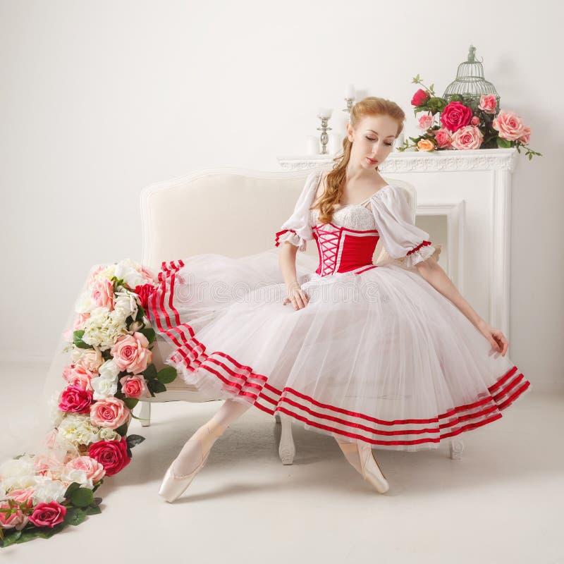 Den söta ballerina rätar ut hennes kjol arkivfoto
