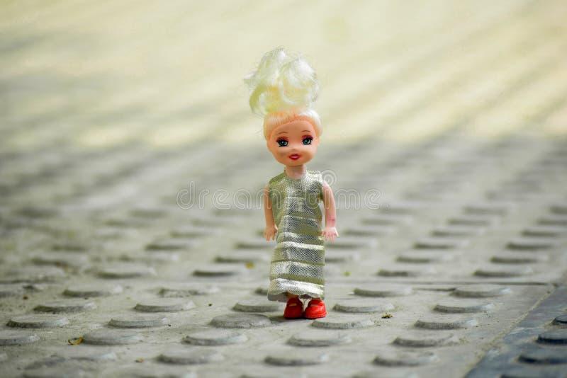 Den söta dockan för behandla som ett barn fotografering för bildbyråer